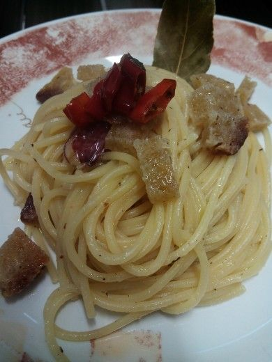 #Spaghetti #aglio rosso #olio e #peperoncino con #pane croccante
