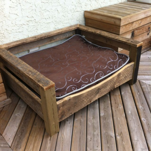 Made from another pin idea nice dog bed of barn board for Wood pallet dog bed