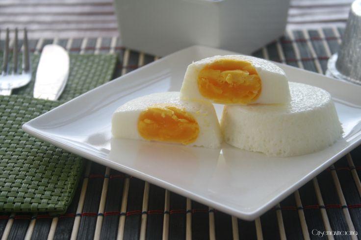 Le uova al vapore, un secondo piatto semplice e facile da realizzare, servite con una prozione abbondante di verdura diventano pasto completo.