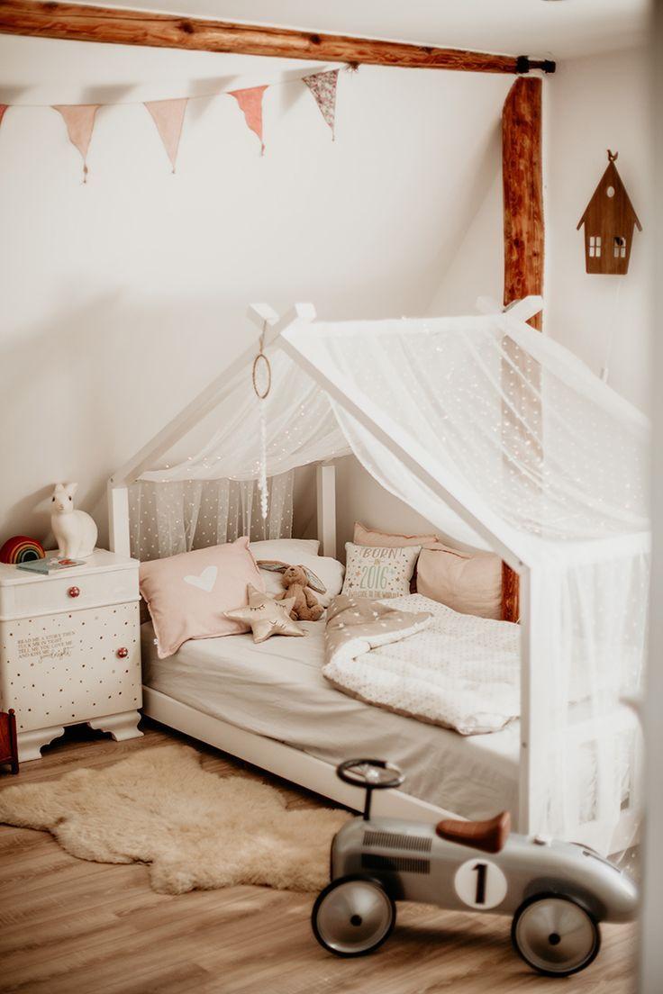 Kinderzimmer für Mädchen – Hausbett mit Sternenhimmel – #hausbett #kinderzimmer #diy #wimpelkette