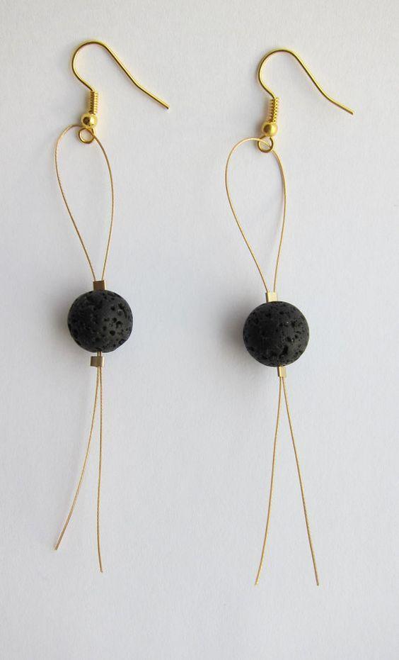 Boucles doreilles de lave dun fil dor avec crochets doreille dor. Les boucles doreilles sont à peu près 10 cm (4 pouces) de long.