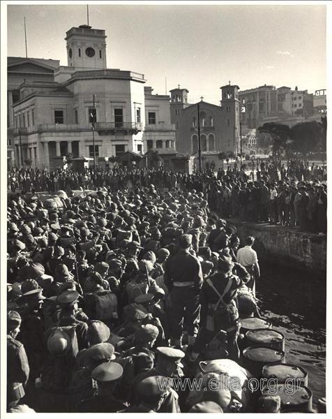 October 1944. British corps arrive in Pireaus. Dmitri Kesel lands with them. Οκτώβριος 1944. Βρετανικά στρατεύματα φτάνουν στον Πειραιά. Μαζί τους αποβιβάζεται ο Ντμίτρι Κέσελ.