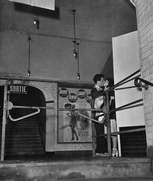 Izis (Israëlis Bidermanas, 1911 - 1980) - Métro République, Paris 1940's. S)