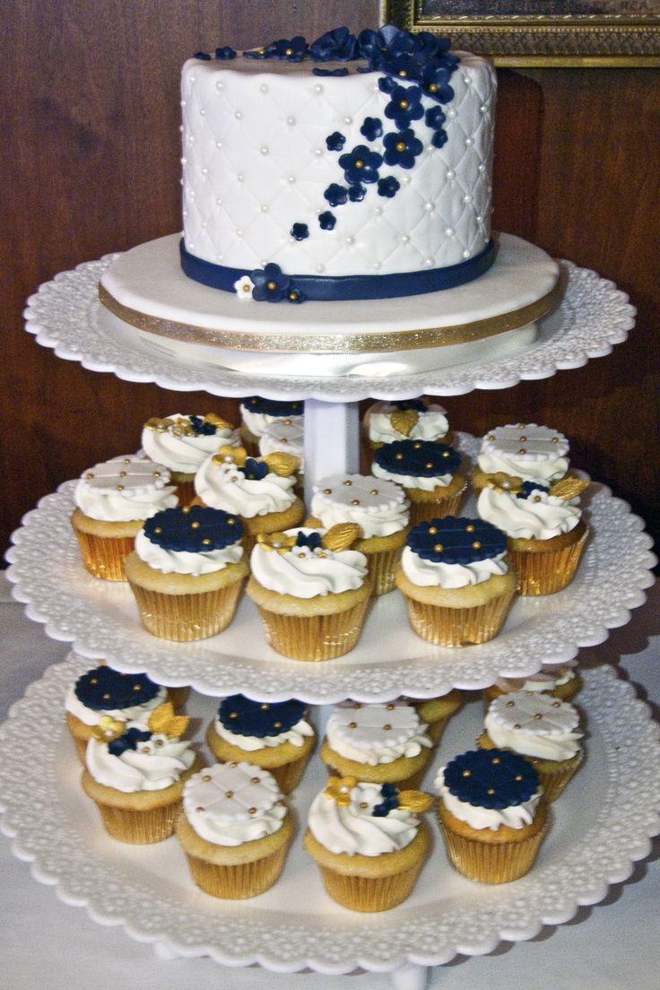 Wedding cupcakes tower with cake navy, white and gold.  Tour de cupcakes et gâteau de mariage marine, blanc et or.