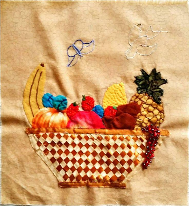Fruitschaal. Eigen ontwerp en uitvoering. Mandjes met gevlochten linten. Besjes van kraaltjes. 9 verschillende vruchten. Vrucht van de Geest Galaten 5:22. Vlinder als teken van nieuw leven.