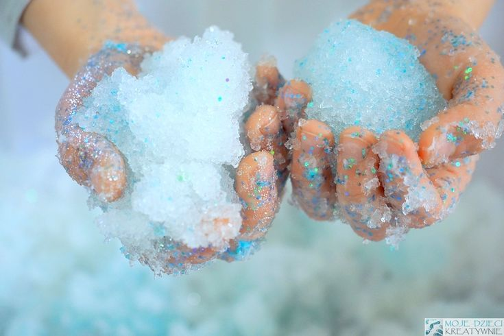 Sztuczny śnieg pełen kolorów i brokatu