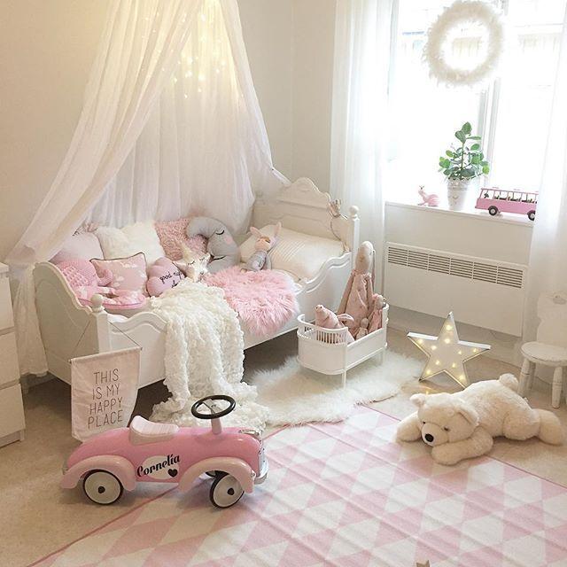 En ny matta till barnrummet äntligen fick vi tag på en rosa 199kr från rusta, vilket kap