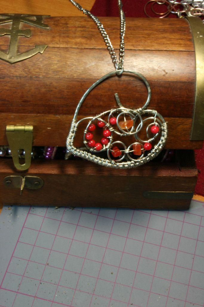 Μενταγιόν από Σύρμα αλπακα σε σχημα καρδιας με πετρες στις αποχρωσεις – Handmade Greek Jewellery