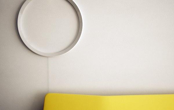 CIRCUIT WALL CLOCK. Il designer serbo Stevan Djurovic ha ideato Circuit Wall Clock, un orologio da parete minimalista che indica l'ora esatta grazie a due LED: uno esterno per le ore e uno interno per i minuti. Via blessthisstuff.com