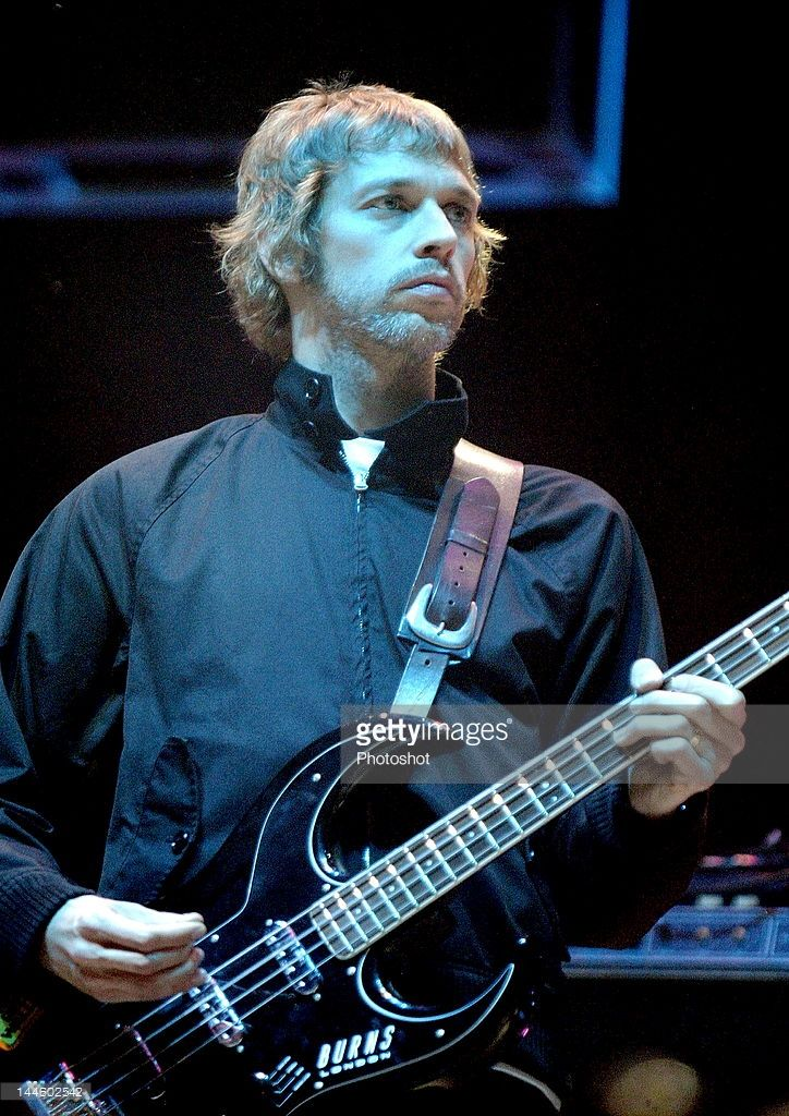 Andy Bell Bass guitar player from Oasis performing live at the V festival August 21, 2005; Weston Park , Staffordshire.Uk; Job : 12655
