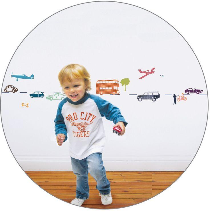 Divertidos adhesivos con coches para decorar la habitación de los más pequeños. Se pueden aplicar a todas las superficies lisas: paredes, muebles, cristales, espejos... y ¡muy fácil de quitar! Da la sensación de que se ha pintado el dibujo sobre la pared. Incluye instrucciones.