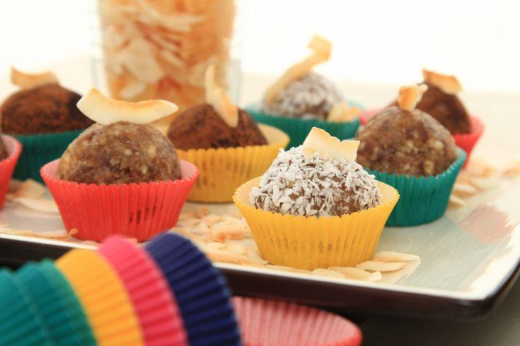 Ibland räcker det med små munsbitar! Det är ju inte alltid man är supersugen på stora amerikanska muffins eller jättebakverk. Ibland vill man bara ha något litet till kaffet.  Med våra fina minimuffinsformar kan man servera små kakor eller ( i detta fallet ) en rawfoodboll på ett läckert sätt! (Receptet hittar ni i vår nya inspirationskatalog) För fler ideér och bra produkter; boka en visning: info@sugarkitchen.se #rawfood #minimuffinsform #homparty #bokavisning #blikonsulent