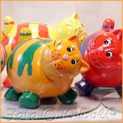 #Keramik #Spardose #Katze #Orange - #Grün - jetzt bei #Knibbli auf Knibbli.com  - die Katze als #Sparschwein liegt gut in der #Hand und ist total #knuddelig anzuschauen - farblich passendes #buntes #zuckersüßes #Gesicht  Ein #Kätzchen #Geschenk mit #Zweck für viele #Anlässe und auch noch eine so #niedliche #Deko in vielen #Räumen.