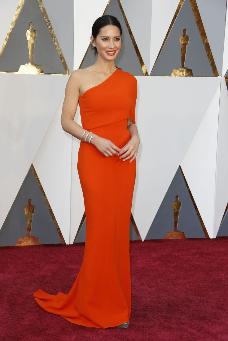 Olivia Munn in Stella McCartney. The bright orange was very brave but she wore it well. I applaud. #oscars2016 #redcarpet #favepicks