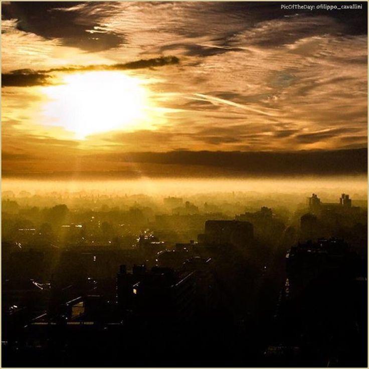 """""""This must be the day our dreams come true""""  La #PicOfTheDay #turismoer di oggi ammira una nuova #alba sui tetti di #Ferrara. Complimenti e grazie a @filippo_cavallini / Today's #PicOfTheDay #turismoer admires a new #dawn on the roofs of #Ferrara. Congrats and thanks to @filippo_cavallini"""