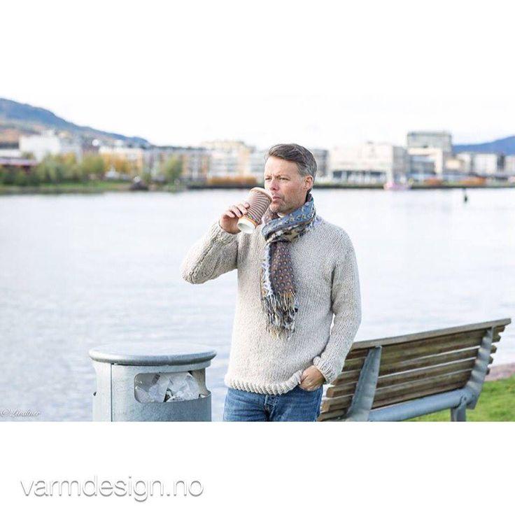 Herregenser i Hexa ... og verdens fineste by Drammen i bakgrunn  Dette er en smal modell, den på bildet er strikket i large størrelse, men han som har den på, bruker vanligvis S/M  Men's sweater in alpaca