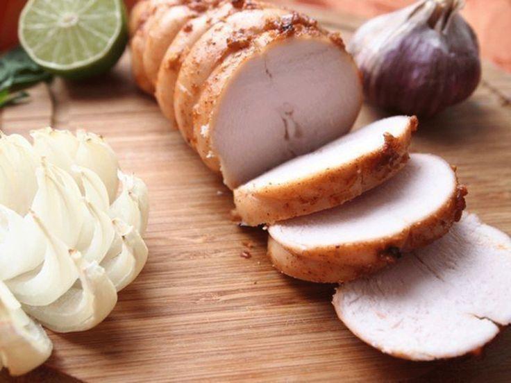 """""""Pastrama de pui"""" este o rețetă superbă, care se prepară foarte simplu în condiții casnice. Aceasta este o alternativă perfectă mezelurilor cumpărate de la magazin și o gustare excelentă. Pastrama de pui la cuptor are o textură foarte fragedă, datorită laptelui în care stă pieptul de pui timp de 2 ore, este gingașă, suculentă și …"""
