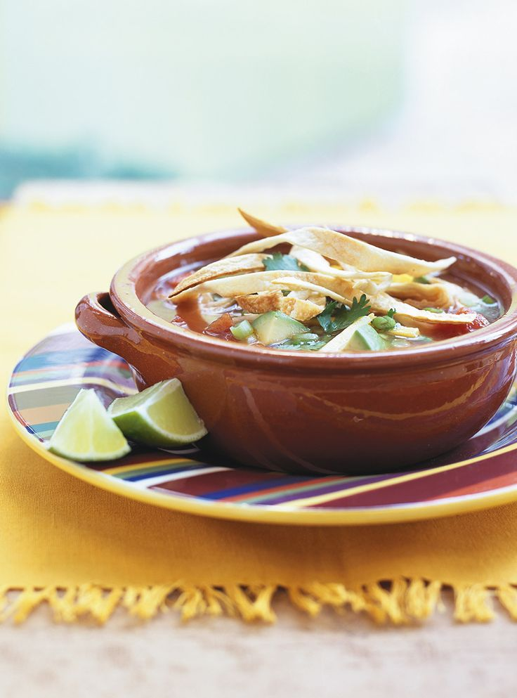 Recette de Ricardo de soupe mexicaine au poulet et aux tortillas.  Cette soupe mexicaine garnie de façon originale fait un excellent repas en toute occasion.