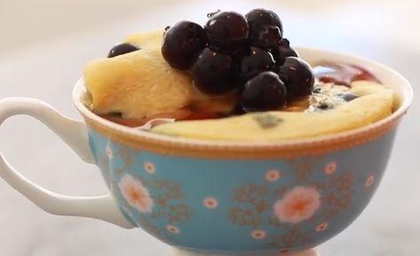 NGREDIENTI farina 3 cucchiai 1/4 cucchiaino di bicarbonato  2 cucchiaini di sciroppo d'acero / miele / agave 1 cucchiaio di latte  1 cucchiaio di olio cocco   1 uova 1 cucchiaio di mirtilli, congelati METODO 1. Sbattere insieme tutti gli ingredienti in un forno a microonde tazza sicura. Mescolare accuratamente fino a quando non grumi. 2. microonde all'incirca per 1 minuti (i tempi si basa sulla mia 1200W microonde, potrebbe variare) 3.Godetevi subito 4.Top miele e mirtilli.