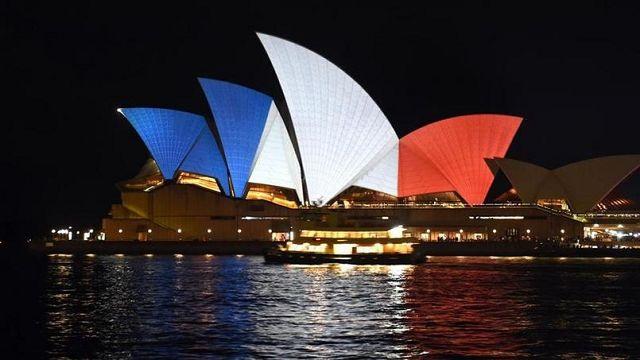 Après les attentats de Paris perpétrés dans la soirée du vendredi 13 novembre, les monuments du monde entier se sont parés samedi des couleurs du drapeau tricolore