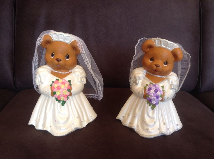 Verschillende bruidjes. Kleur jurk, bloemen, sluier, ketting is aan te passen aan de bruid. Rechter bruid heeft allerlei zilver accenten.