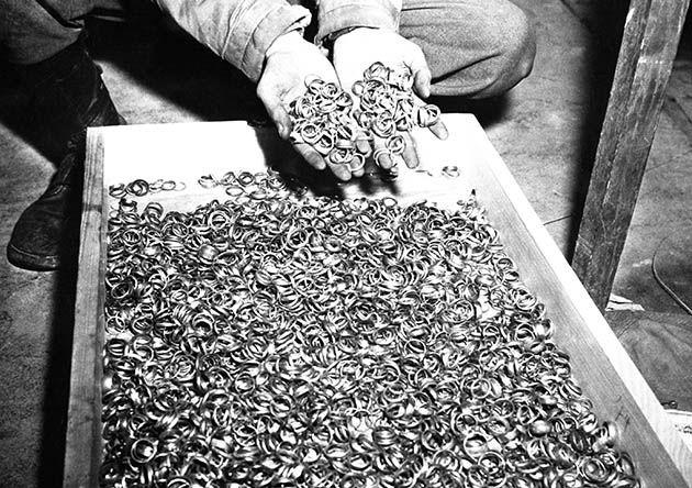 5 мая 1945 года в Бухенвальде.В 1938 году нацисты захватили золотые запасы Австрии, Чехословакии и Данцига. А позже — золотые запасы Бельгии, Нидерландов, Дании, Франции, Польши.  из банковских отделений советской Украины было вывезено 3 вагона с золотом. К этому надо добавить частные банки, ювелирные магазины, церковные ценности, коллекции музеев и самые ужасные доходы  — украшения и зубные коронки узников концлагерей.  Освенцим обогатил нацистов на 8 тонн золота.