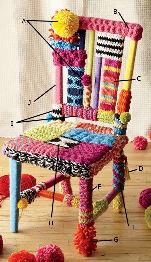 Cadeira vestida de crochê e tricô.