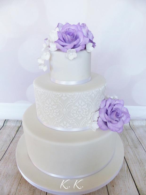 Svadobná torta s fialovými ružami. Autorka: K.K. Tortyodmamy.sk.