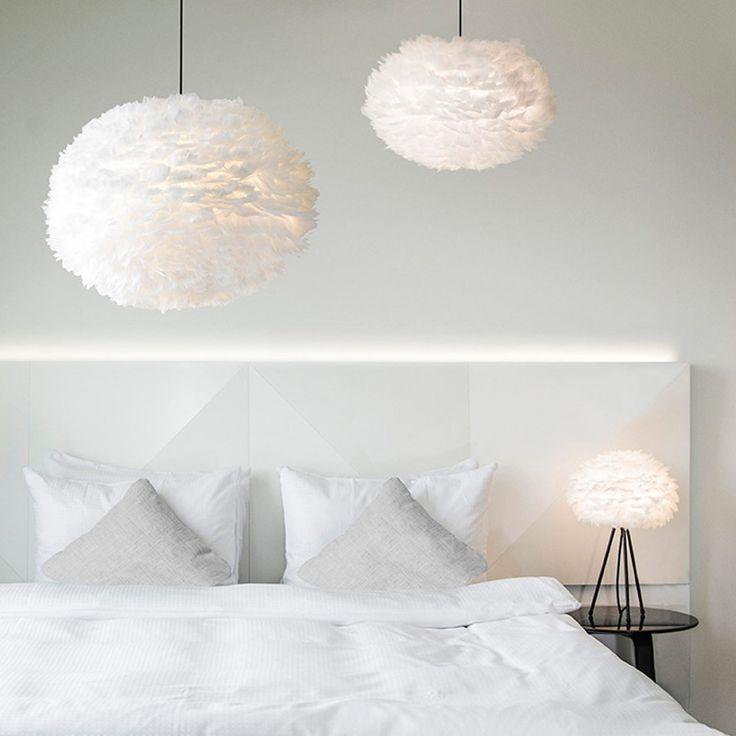 Eos fjer pendel fra VITA. Unik designer lampe lavet af ægte gåsefjer der er limet på en papirskærm. Køb VITA Eos lamper online i vores webshop.