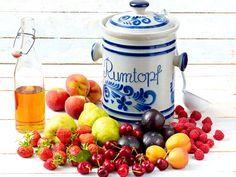 Leckere Früchte mit Schwips für den Winter: Wir erklären, wie Sie einen Rumtopf richtig ansetzen und welches Obst wann hineinkommt.