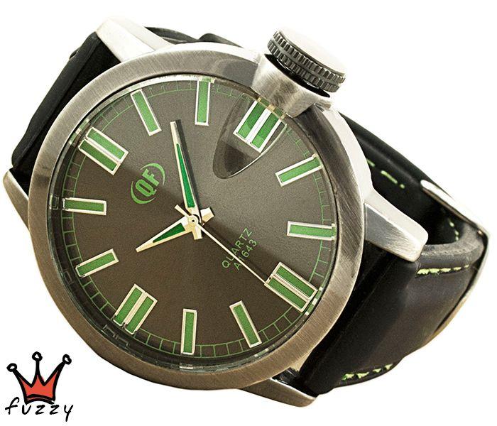 Ανδρικό ρολόι σε μαύρο χρώμα με πράσινες λεπτομέρειες στο καντράν. Λουράκι σε μαύρο χρώμα από σιλικόνη με πράσινες ραφές. Καντράν 44 mm.
