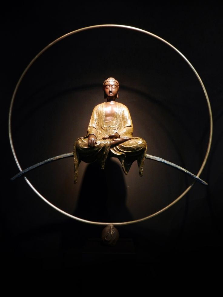 子問老師作品-作品名稱:釋迦牟尼佛實際尺寸:L114xW90(cm)限定數量:66件創作理念:釋迦牟尼佛所傳教的佛法與精神受到後世眾生不斷的宣揚傳播,終而成就了影響世界深遠的佛教,流傳於娑婆世界。釋迦牟尼佛教化說佛法的地方即是目前現實世界,廣設法門,開導眾生,故又稱「佛陀」、「世尊」。處於中央的娑婆世界中,左右脅侍為「大智」文殊菩薩和「大行」普賢菩薩,合稱「華嚴三聖」。祂是佛教教主,世界的教化者,法身是藏傳佛教崇敬的大日如來。 造型:「釋迦牟尼佛」手中所持的通常是「缽」或是「寶珠」。此次創作中其法相為古銅色佛身、左手施禪定印、右手施降魔觸地印,結跏端坐於無相橋上,以牟尼珠為基座。其線條流暢,佛面圓滿,面容慈祥,尤其是寬廣的雙肩和結實的胸膛、穩重的結跏趺坐,都展現了恢弘、莊嚴的氣勢。