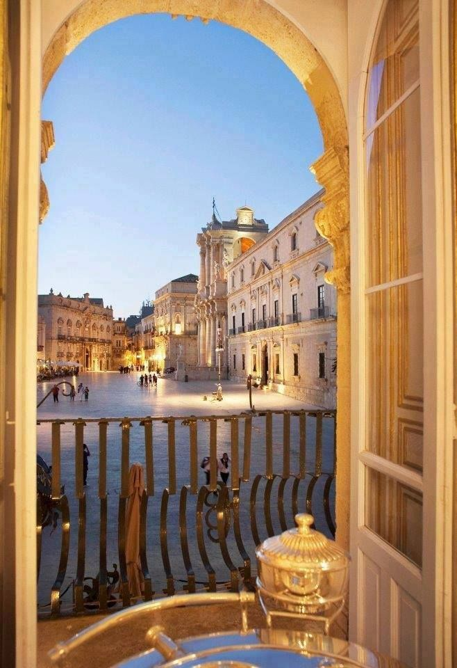 | #Siracusa | Isola di Ortigia | Finestra su Piazza del Duomo |  www.volamondo.it