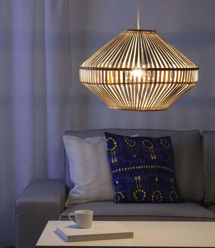 JASSA hanglampenkap | IKEA IKEAnederland IKEAnl nieuw Piet Hein Eek limited collectie bamboe rotan handgemaakt ambacht verlichting lamp woonkamer zitbank bank kussen accessoires decoratie