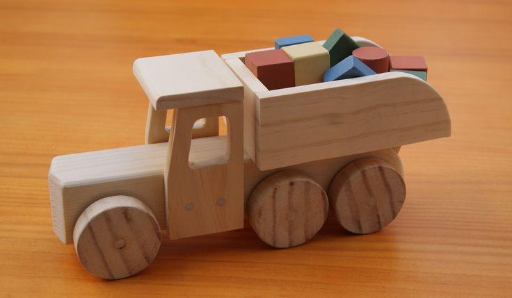 Para los pequeños trabajadores nada mejor que un camión volquete de madera en el que puedan transportar todo tipo de piezas...Descúbrelo aquí!!!