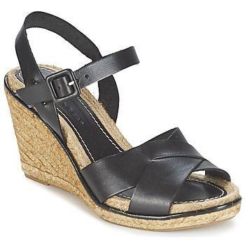 Als we dit model vergelijken met andere open schoenen, dan is dit een echt modejuweeltje. Nome Footwear heeft een versie ontworpen in de kleur zwart, heel trendy dit seizoen. Het merk heeft weer een prachtige creatie op zijn naam staan, de Aristot. Deze leren open schoen is voorzien van een rubberen zool. Heel aangenaam om te dragen! Deze schoen is voorzien van een leren binnenvoering en een leren binnenzool. Met zijn hak van 9 cm ben je erg trendy!  - Kleur : Zwart - Schoenen Dames € 79,19