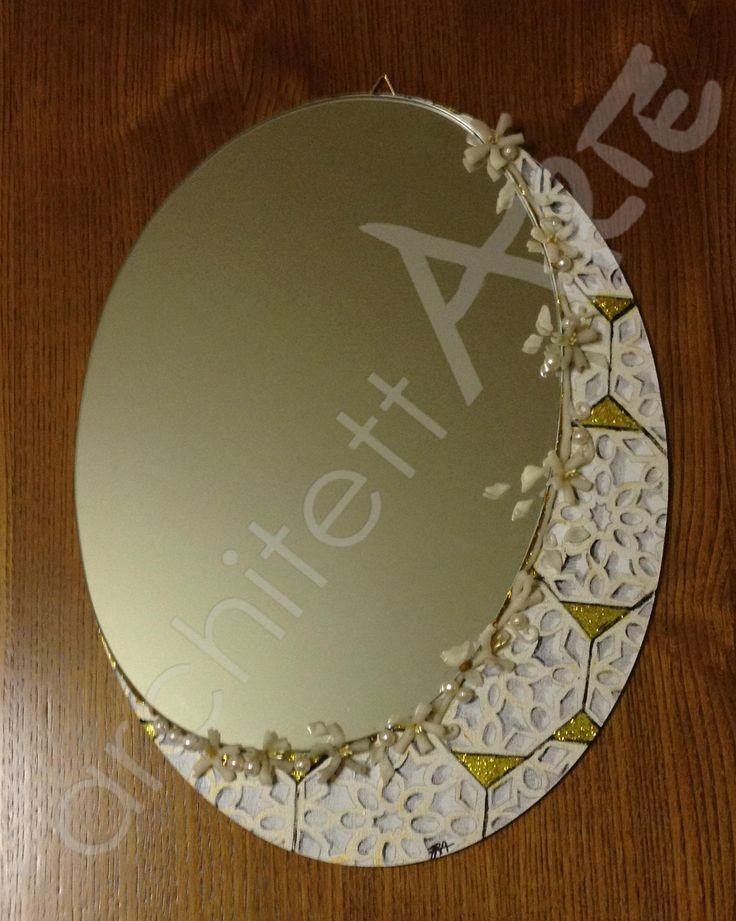 Specchio artigianale con decorazioni orientali