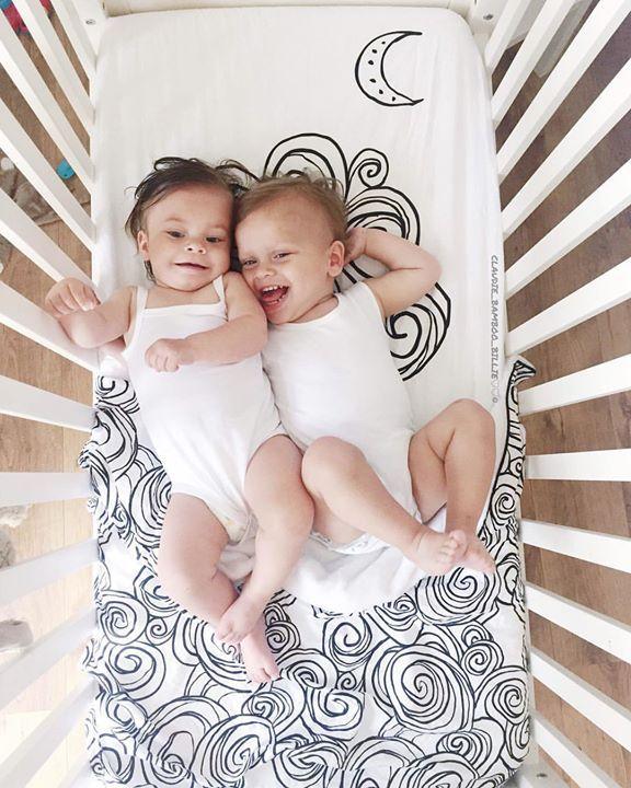 Tuck-Inn ledikantdekentje Moon zwart-wit €74.95 Heerlijk zachte all-season ledikantdeken van Witlof for kids. Dit Tuck-Inn® ledikantdekentje is van een zeer mooie kwaliteit en heeft bij het voeteneind elastiek in de hoeken. Zo past het zonder plooien strak om een matrasje en maak je een babybedje snel en eenvoudig op. Bovendien zorgt Tuck-Inn® ervoor dat zelfs onrustige slapertjes het dekentje niet los kunnen trappen. inspiratie kamertje. tweeling. @claudie_bamboo_billie (IG)