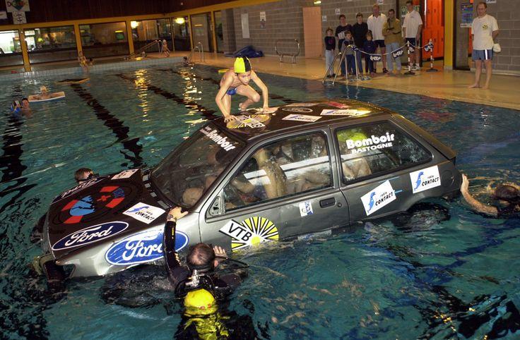 voiture dans piscine | Dans un plan d'eau extérieur ( eau trouble), le candidat doit ...