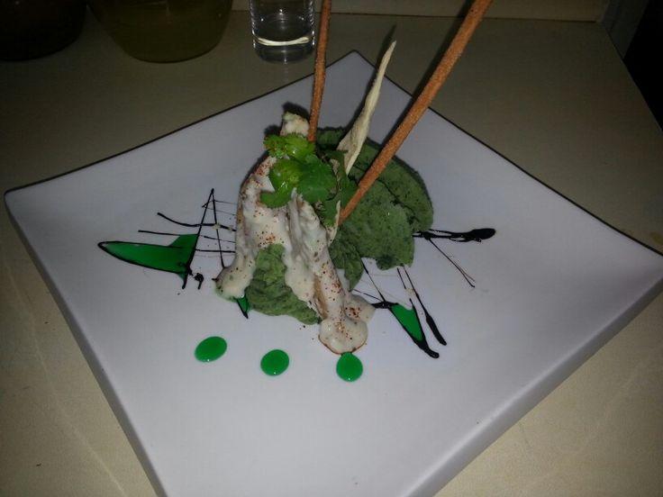 Reineta magallanica a la sevillana sobre canelle de pure de habas y aire de menta fresca acompañado de su salsa de alcaparras y Merken