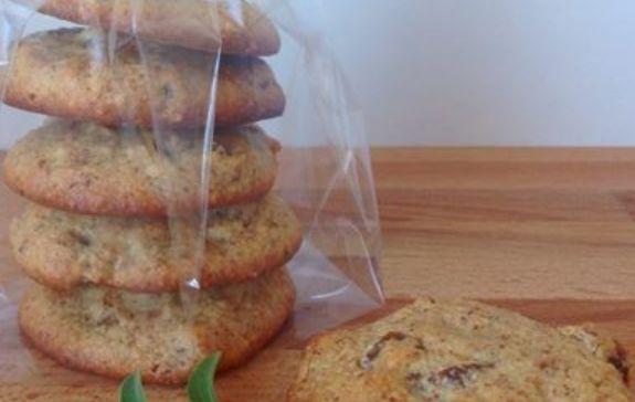 8-9 stk. småkager 80 g mandler 25 g palmesukker 1 æg 5 stk. økologiske usvovlede abrikoser (andre tørrede frugter eller mørk chokolade kan også anvendes.