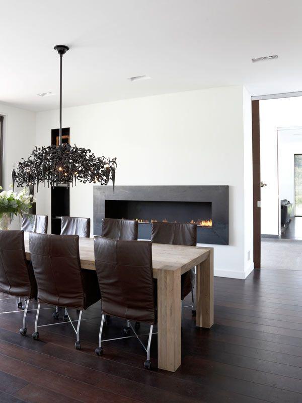 Interieur door ons gerealiseerd met prachtig mooie tafel van Pilat & Pilat, kroonluchter van BrandvanEgmond en stoelen van Montis