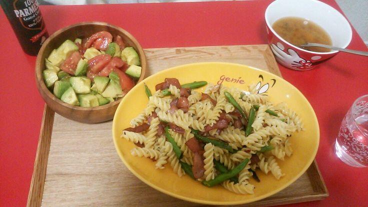 ハムといんげんのショートパスタ トマトとアボカドサラダ