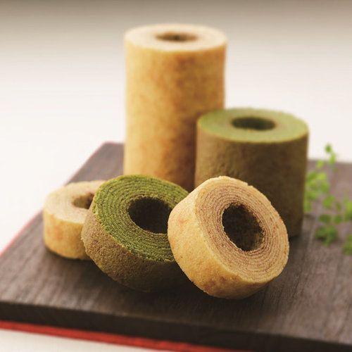 KAnoZA IZUMO から抹茶とメープルのバームクーヘンのセットをお届けします。抹茶は松江の老舗「中村茶舗」が厳選した抹茶を使用し、生地に練り込んだ発酵バターのコクがより抹茶の上品な味わいを引き立てるバームクーヘンです。メープルは香り高いメープルの風味がふわっと口に広がる、しっとりとしたバームクーヘンです。なめらかな生地を一層一層丁寧に焼き上げました。