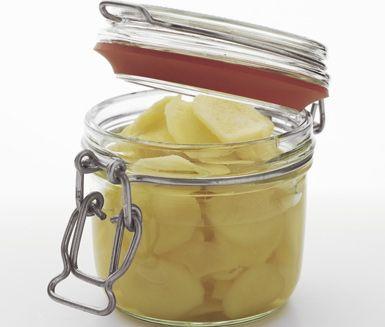 En härlig inlagd ingefära som är ett perfekt tillbehör på matbordet. Den fint skivade, kokta ingefäran lägger du in med uppkokt ättiksprit, socker och vatten. Låt allt svalna innan du serverar.