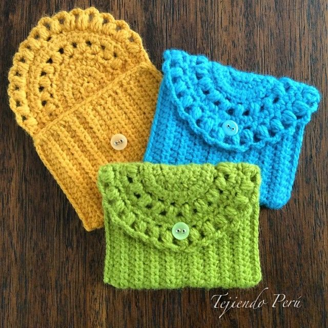Monederos o bolsitos tejidos a crochet de una sola pieza que incluye la tapa!. El paso a paso para tejerlos ya los encuentran en nuestra página web: www.tejiendoperu.com༺✿ƬⱤღ  http://www.pinterest.com/teretegui/✿༻