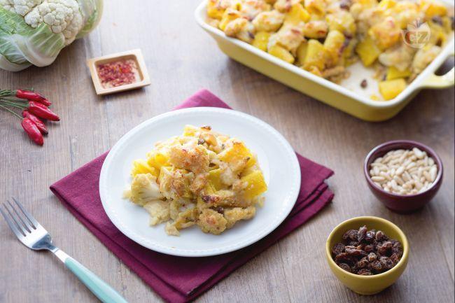 La pasta gratinata con cavolfiore è un primo piatto molto saporito che oltre ai cavolfiori si insaporisce con un acciughe, pinoli e uvetta.