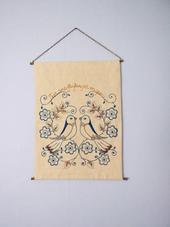 Swedish Embroidered Wall Hanging // två små fåglar på en