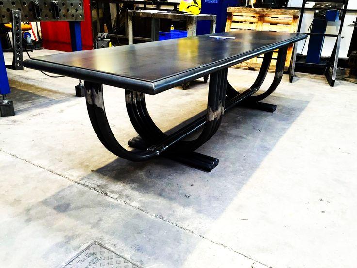 Ecco l'ultima realizzazione delle nostre officine: Tavolo in Acciaio naturale, tubo piegato, black steel.  #design #arredamenti #arredonegozi