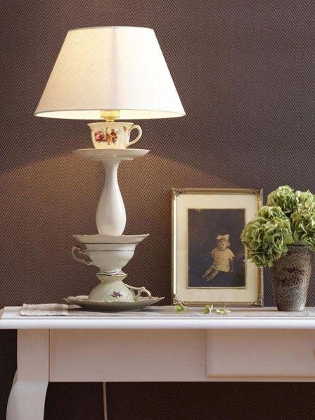 Shabby Chic Fans aufgepasst, diese charmante Lampe mit einem Fuß aus alten Kaffeetassen darf in eurem Zuhause nicht fehlen. Hier gibt es die Anleitung.